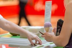 Frau kauft das berühmte Moskauer Eis in der Waffel