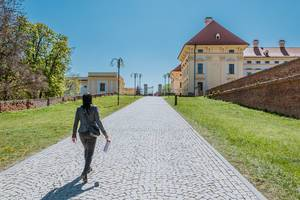 Frau läuft vor dem Schloss Austerlitz in Tschechien