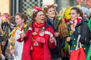 Frau mit 1. FC Köln Overall beim Rosenmontagszug - Kölner Karneval 2018