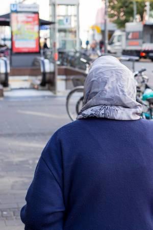 Frau mit Kopftuch auf der Venloer Straße in Köln