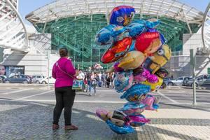 Frau mit Luftballons vor Einkaufszentrum Vasco da Gama