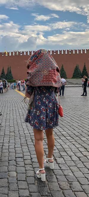 Frau mit schöner Kopfbedeckung am Roten Platz