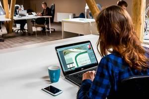 Frau nutzt für die Büroarbeit ein bekanntes Bildbearbeitungsprogramm