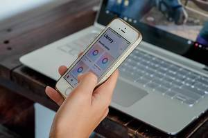 Frau ruft mobile Bibliothek auf ihrem Handy auf