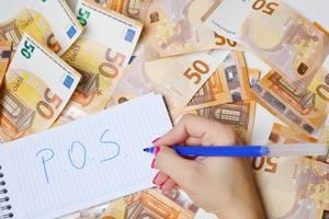 """Frau schreiben """"P.O.S."""" (Point of Sale) auf einen Zettel zwischen 50-Euro-Geldscheinen"""