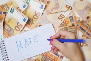 """Frau schreiben """"rate / Bewertung"""" auf einen Zettel zwischen 50-Euro-Geldscheinen"""