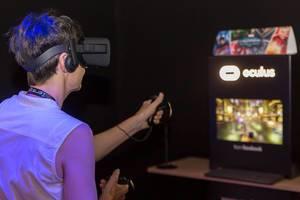 Frau spielt mit dem Oculus Rift Headset und Oculus Rift Touch Controllern
