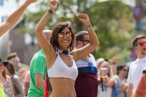 Frau tanzt mit gehobenen Armen am ersten Tag vom Tomorrowland Festival