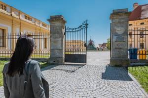 Frau vor den Toren von Schloss Austerlitz in Slavkov, Tschechien