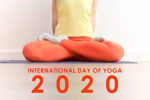 "Frau während der Meditation in der Lotus Pose (Padmasana) mit dem Bildtitel  zum internationalen Yoga-Tag ""International Day of Yoga 2020"""