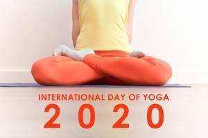 "Frau während der Meditation in der Lotus Pose (Padmasana) mit dem Bildtitel  zum internationalen Yoga-Tag ""International Day of Yoga 2020"""