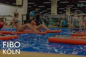 """Frauen beim neuen Aquafitness-Trend auf Beboards während der Sportsmesse, mit dem Bildtitel """"Fibo Köln"""""""