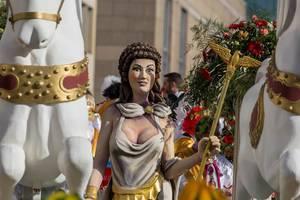 Frauenfigur mit Stab in der Hand zwischen weißen Pferden - Kölner Karneval 2018