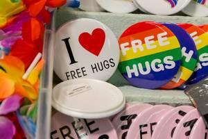 Free Hugs Broschen mit Herz und in Regenbogenfarben
