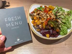 Fresh Menu - Meükarte von Dean&David, neben der der Veggie Buddha Bowl mit gegrilltem Gemüse, Rote Beete, Walnüssen und Salat