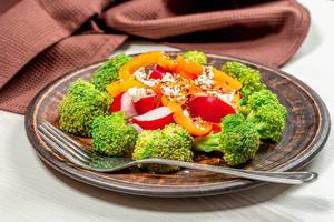 Fresh salad of broccoli, radish, bell pepper and flax seeds, sesame seeds, poppy seeds (Flip 2019)