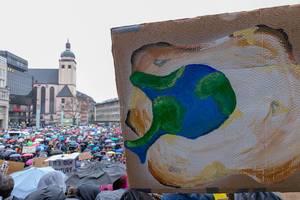 Fridays For Future Protest mit Schilden für die Tierwelt der Erde in Köln
