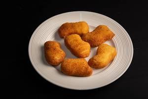 Fried Chicken Nuggets auf der runden Platte