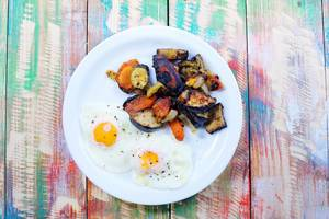 Fried eggs with grilled vegetables (Flip 2019)