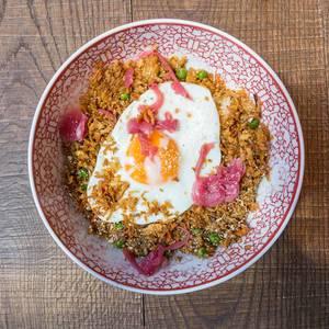 Fried Sunrice vegetarisches Gericht im Kölner coa Wok & Bowls Restaurant: gebratener Reis mit Erbsen, Karotten, Zwiebeln, Chili, Ingwer, Knoblauch und Spiegelei