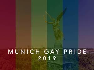 """Friedensengel-Denkmal in München, hinter einer Regenbogenflagge, um die """"Munich Gay Pride 2019"""" - Parade und LGBTQ-Demo zu feiern"""