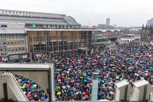 Friedlich-bunte Fridays For Future Demonstration vor dem Kölner Hauptbahnhof