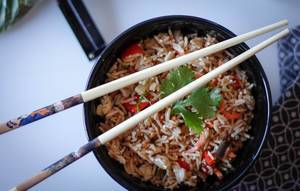 Fries Rice in einer schwarzen Schüssel mit Stäbchen (Chop Sticks)