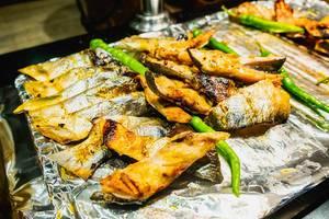 Frisch gegrillter Fisch auf Alufolie an einem Büfett