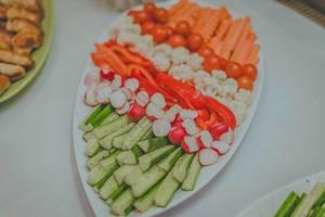 Frisch geschnittenes Gemüse wie Tomaten, Gurke, Paprika, Blumenkohl, Karotten und Radieschen