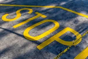 Frisch gezeichneter Stop - Schriftzug mit Absperrband auf den Seychellen