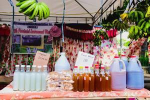 Frisch zubereitete Produkte wie Essig und Honig, zum Verkauf an einem Marktstand