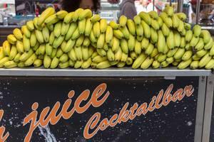 Frische Bananen gestapelt auf einer Saftbar - Cocktailbar