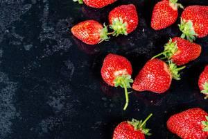 Frische Erdbeere auf schwarzem Tablett
