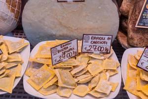 Frische hausgemachte Ravioli mit Artischocken und Spinat an einem Stand auf dem Markt in Rom