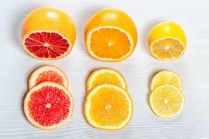 Frische in Scheiben geschnittene Orange, Zitrone und Grapefruit