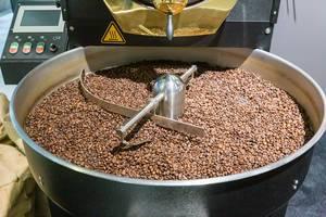 Frische Kaffeeherstellung auf der IFA: Ganze Kaffeebohnen in einer großen Kaffeemühle