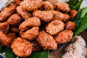 Frische Karioka: frittiertes Reismehl und Kokosfleisch