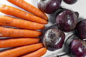 Frische Karotten und rote Beete