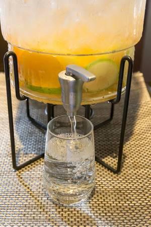 Frische Limonade wird in ein Glas gezapft in Osho