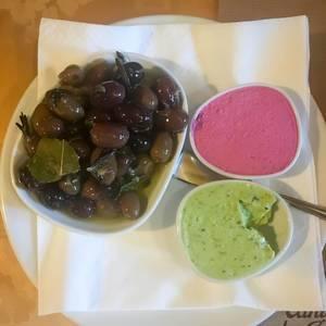 Frische Oliven mit Rote-Bete- und Oliven-Pesto