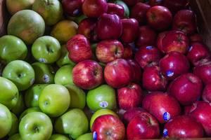 Frische rote und Grüne Äpfel zu verkaufen