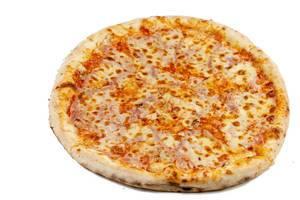 Frische, runde Schinken-Pizza isoliert vor weißem Hintergrund