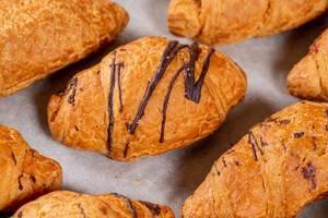 Frische Schokoladencroissant zum Frühstück in der Nahaufnahme
