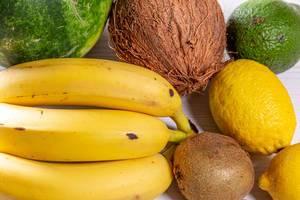 Frische, tropische Früchte auf einem Küchentisch