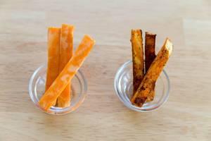 Frische und gebackene Süßkartoffeln in zwei winzigen Glasschüsseln