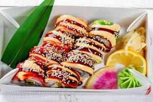 Frischen Sushibox mit Rainbow-Dragon-Sushi, eingelegt mit Ingwer und Wasabi
