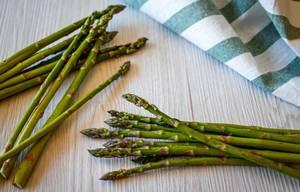 Frischer grüner Spargel und ein Küchentuch