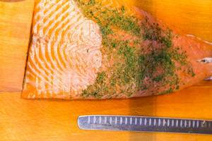 Frischer Lachs mit Fischmesser