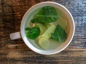 Frischer Minze-Ingwer Tee im Hans im Glück Restaurant in der Altstadt-Nord von Köln