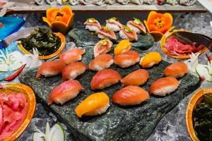 Frischer Sashimi, roher Fisch, auf einer Steinplatte